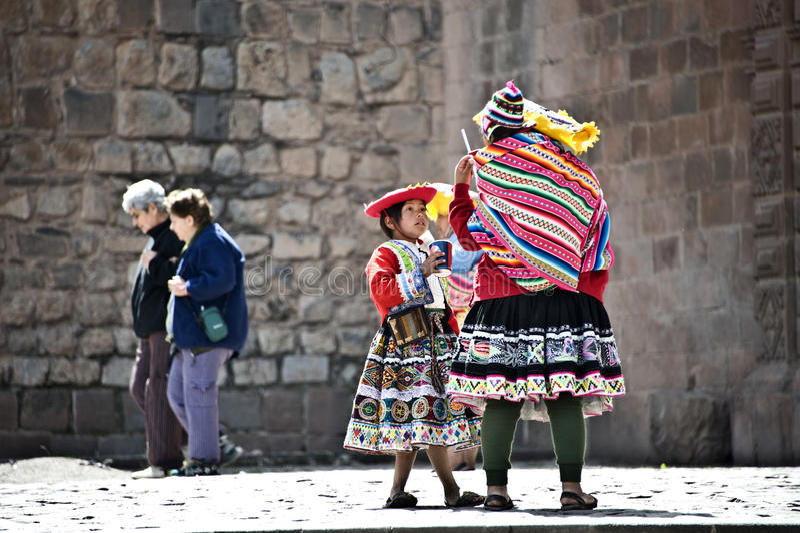Quechua Ινδοί σπάζουν από την τοποθέτηση με τους τουρίστες στοκ φωτογραφίες με δικαίωμα ελεύθερης χρήσης