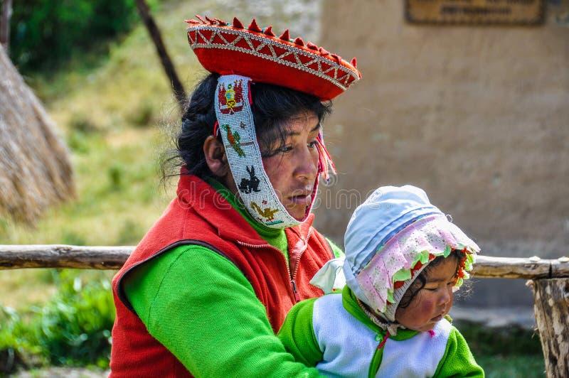 Quechua мать и младенец в деревне в Андах, Ollantaytambo стоковые изображения rf