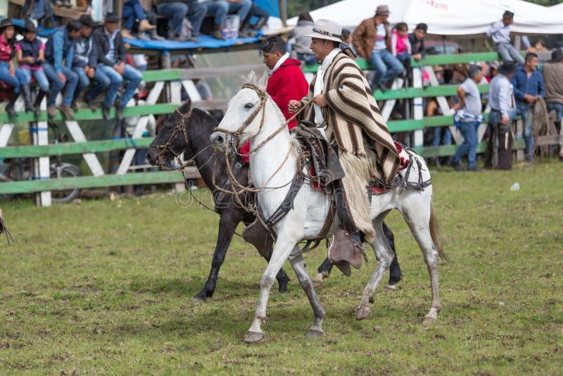 Quechua cowboys die poncho in openlucht in Ecuador dragen royalty-vrije stock foto