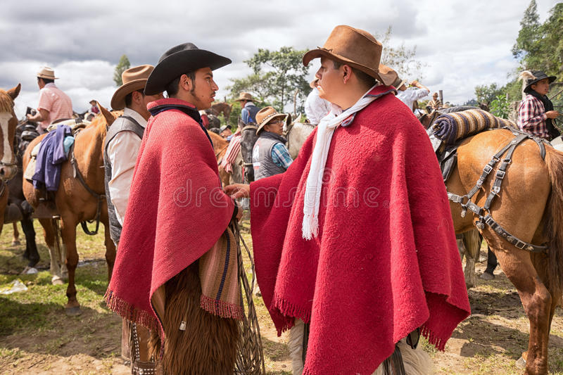 Quechua cowboys in rode poncho royalty-vrije stock fotografie