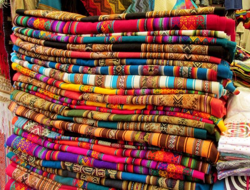 Quechua färgrik traditionell textil för souvenir royaltyfri foto