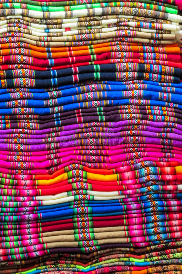 Quechua färgrik traditionell textil för souvenir royaltyfri bild