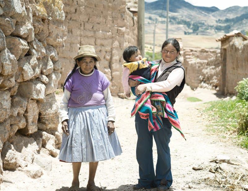 Quechua Familie - drei Generationen von gebürtigen peruanischen Frauen lizenzfreie stockbilder