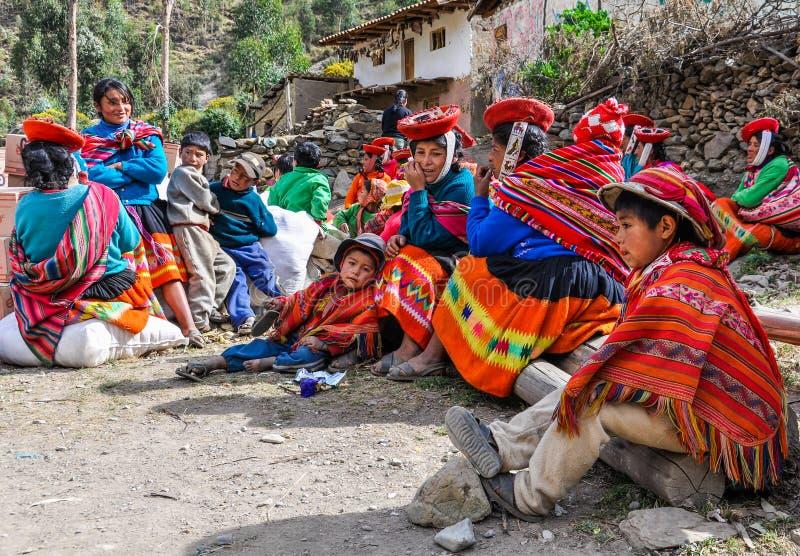 Quechua familie in een dorp in de Andes, Ollantaytambo, Peru stock afbeelding