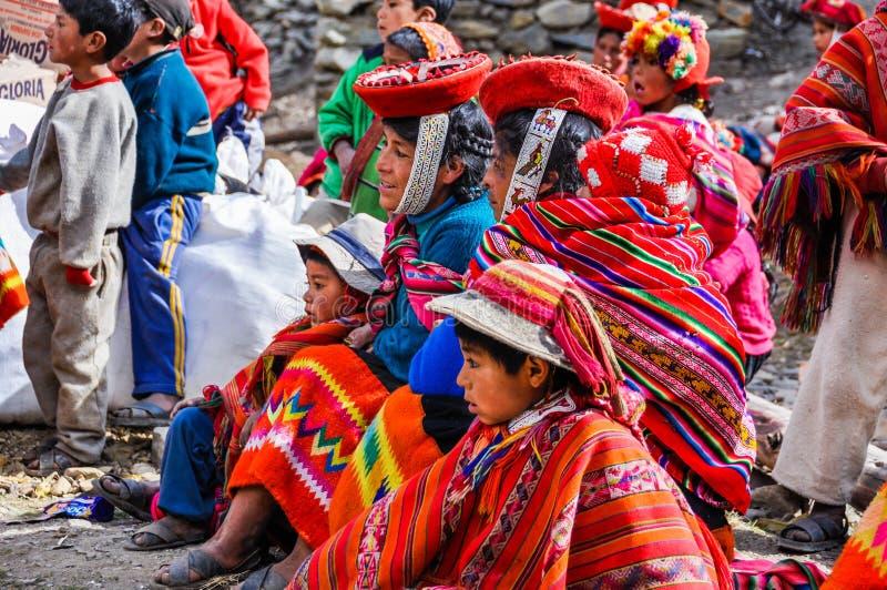 Quechua familj som väntar i en by i Anderna, Ollantaytambo, arkivbild