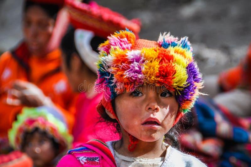 Quechua flicka i en by i Anderna, Ollantaytambo, Peru arkivbilder
