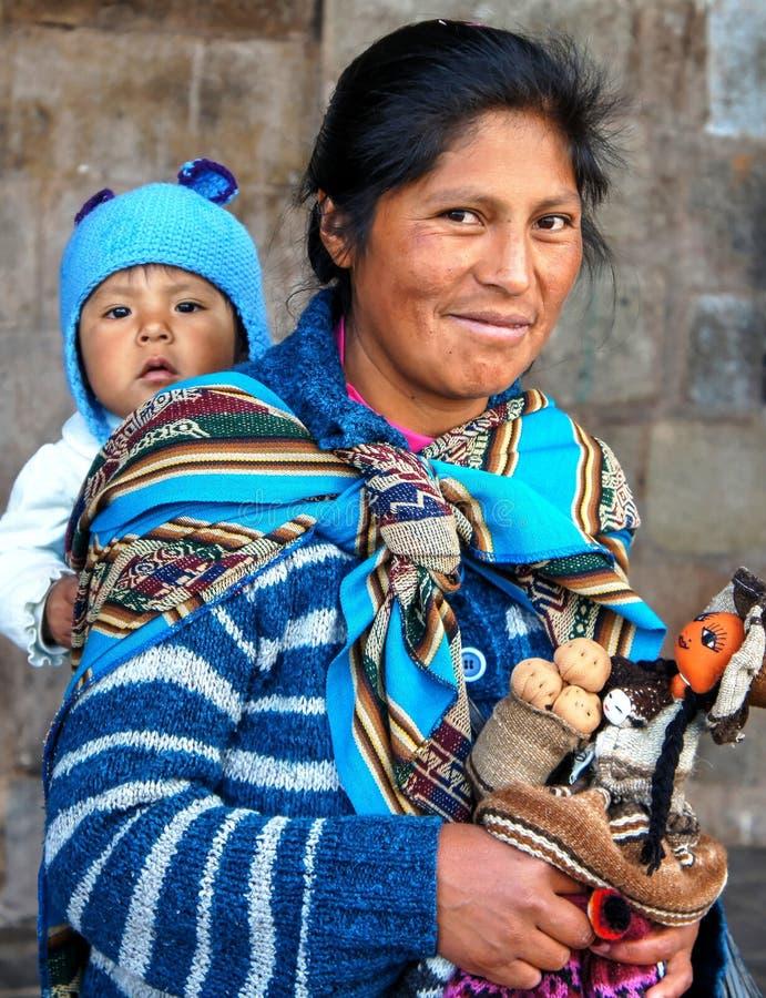 Quechua gebürtige Frau von Cusco mit Kind lizenzfreie stockfotos