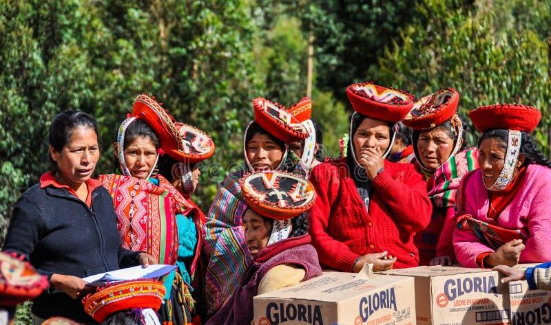 Quechua gemeenschap ontvangt hulp in een dorp in de Andes, Ollan stock fotografie