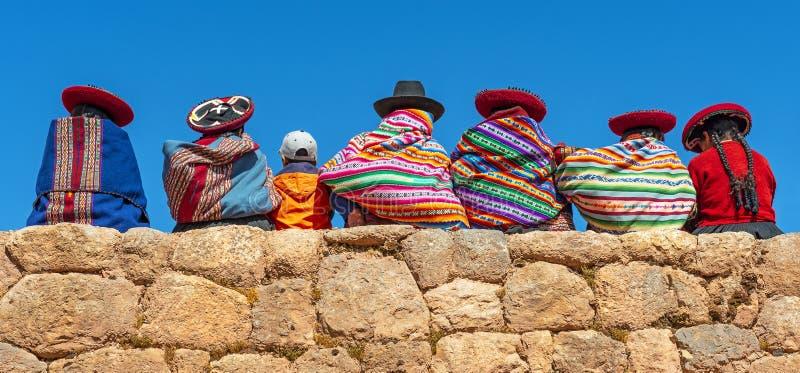 Quechua Indigeous kvinnor med pojken, Cusco, Peru royaltyfri bild