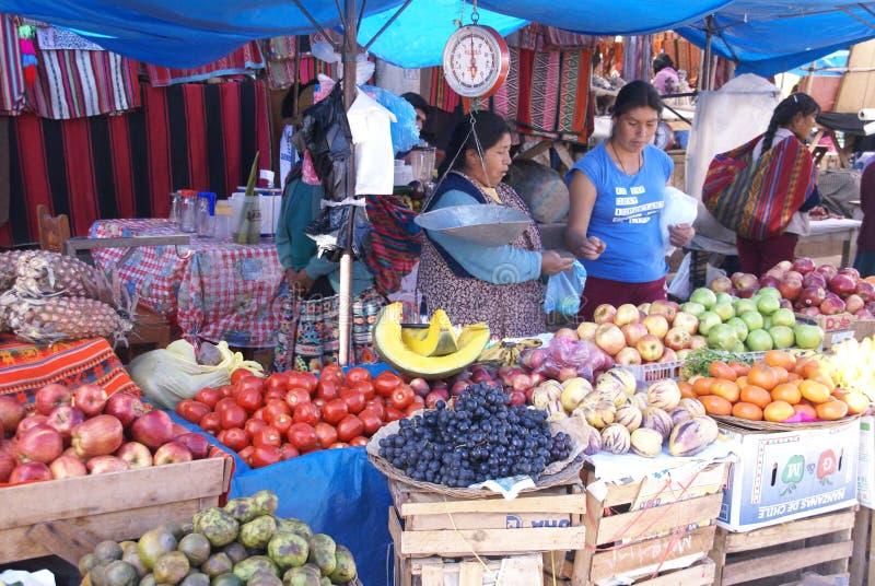 Quechua indische Frauen verhandeln und verkaufen Gemüse > lizenzfreie stockfotografie