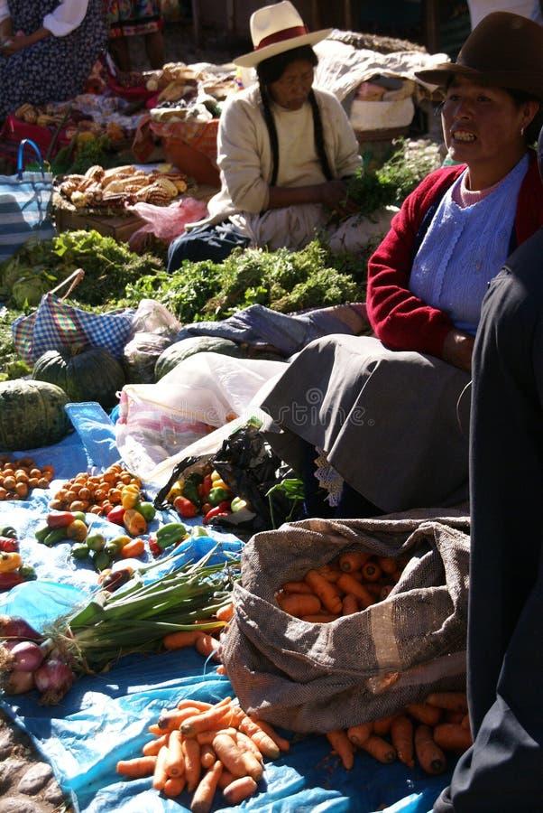 Quechua indische Frauen verhandeln und verkaufen Gemüse > stockfotos