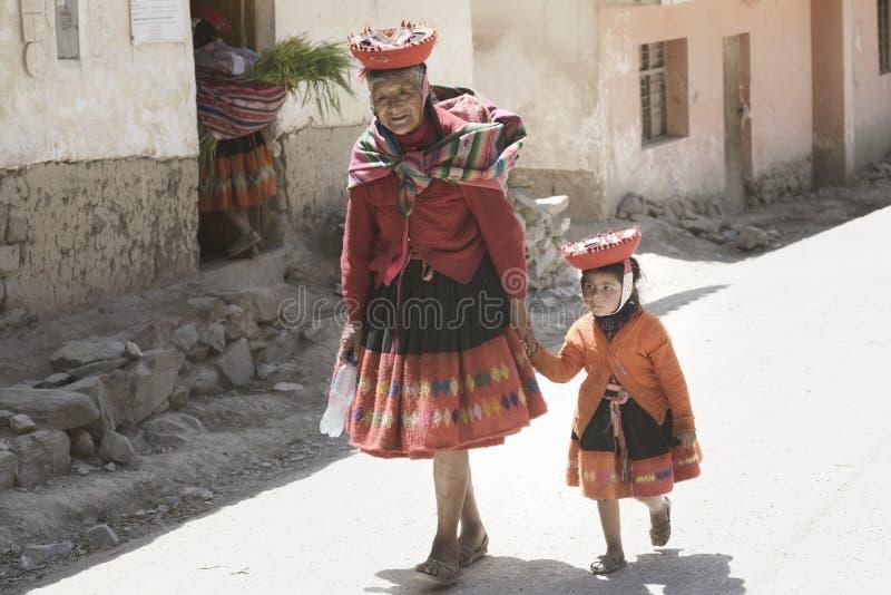 Quechua Indische Vrouw en Haar Kleindochter kleedden zich in Kleurrijke Handwoven Uitrusting royalty-vrije stock afbeeldingen