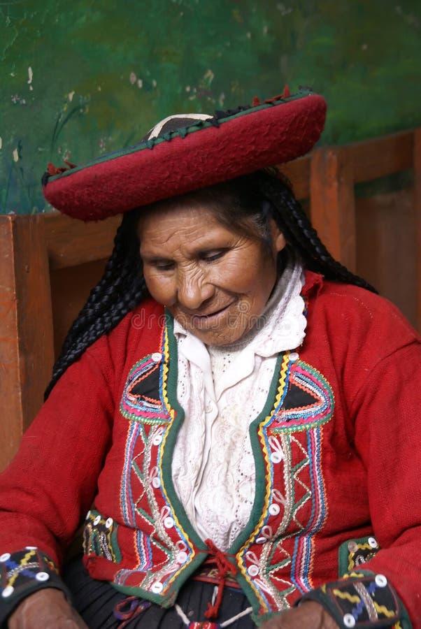 Quechua Indische vrouw in traditionele uitrusting, royalty-vrije stock foto