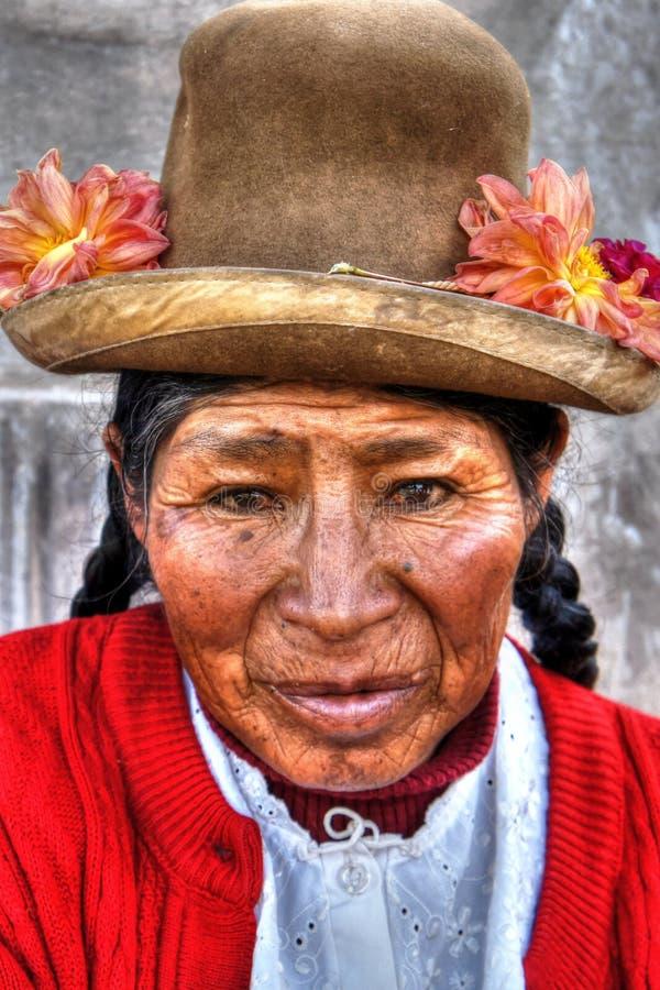 Quechua infödd gammal kvinna från den Cusco ståenden royaltyfri foto
