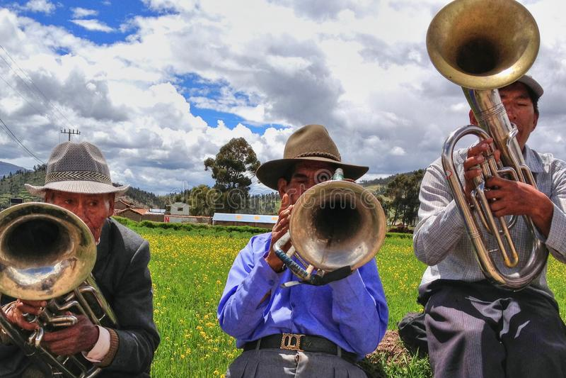 Quechua infödda män från Peru, i att spela instrument royaltyfri fotografi