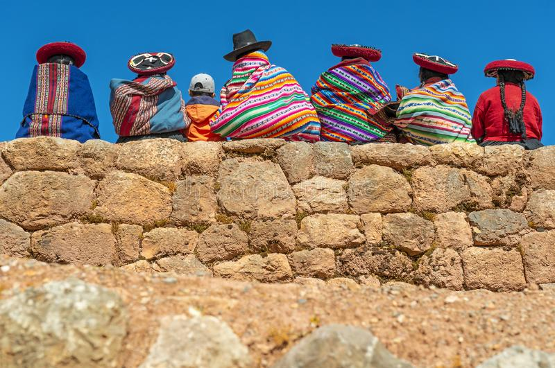 Quechua infött på Inca Wall, Peru royaltyfri fotografi