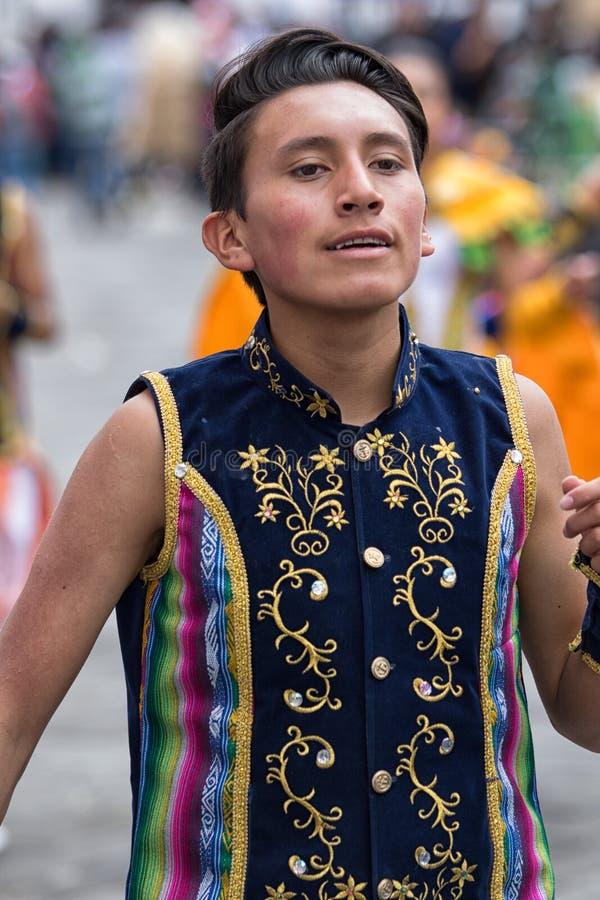 Quechua jonge mens die bij Corpus Christiparade dansen royalty-vrije stock fotografie