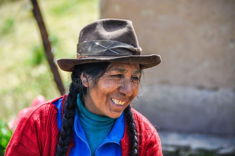 Quechua kvinna i en by i Anderna, Ollantaytambo, Peru arkivbilder