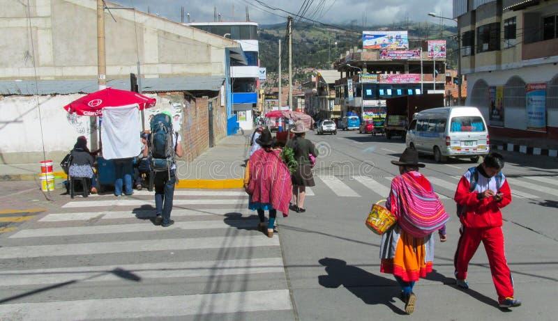 Quechua kvinna i traditionell torkduk i Huaraz royaltyfri fotografi