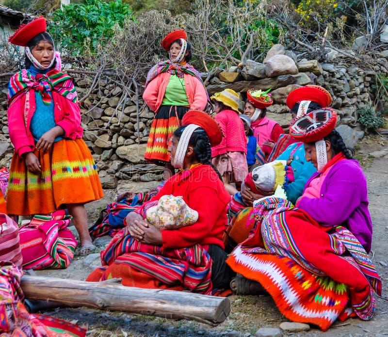 Quechua kvinnor med barn i en by i Anderna, Ollantayt arkivbild