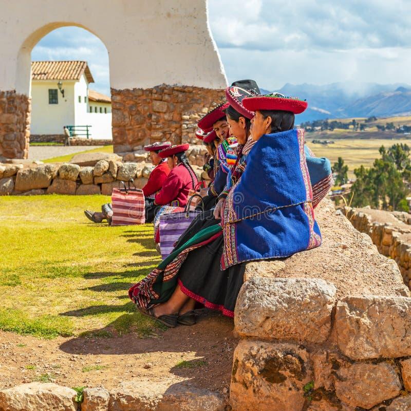 Quechua kvinnor på Inca Wall, Chinchero, Peru royaltyfri foto