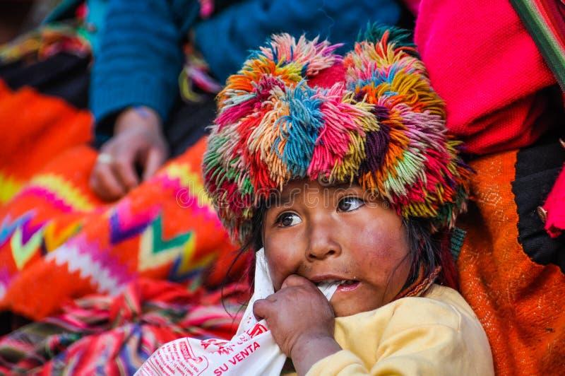 Quechua meisje die iets in een dorp in de Andes kauwen, Ollant stock afbeelding