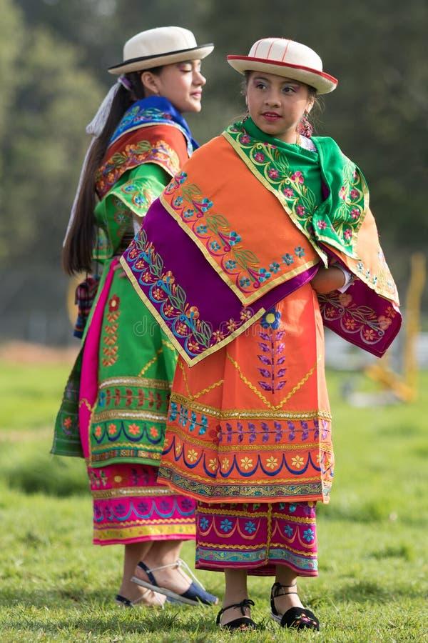 Quechua meisjes in kleurrijk kostuum in Ecuador royalty-vrije stock foto