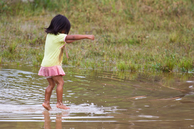Quechua meisjessprongen speels in water stock fotografie