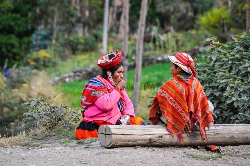 Quechua moder och son i en by i Anderna, Ollantaytambo, arkivbilder