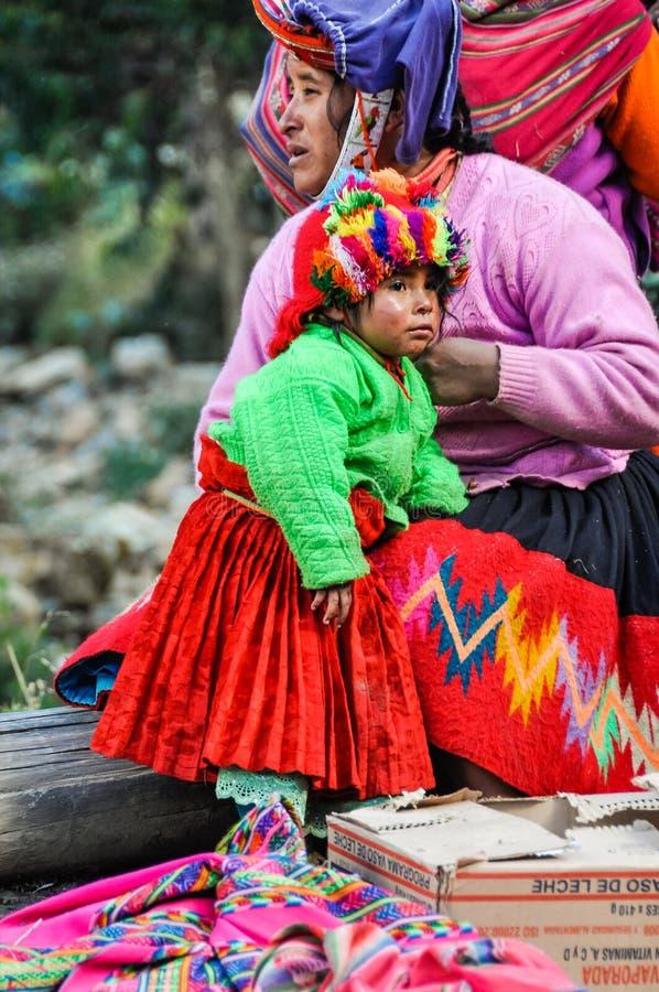 Quechua moeder en dochter in een dorp in de Andes, Ollantayt royalty-vrije stock foto's