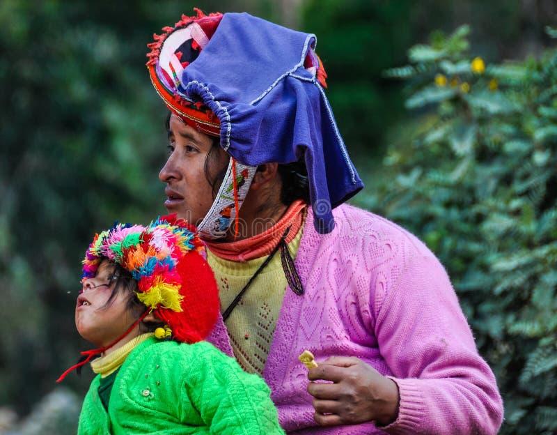 Quechua moeder en dochter in een dorp in de Andes, Ollantayt royalty-vrije stock afbeelding