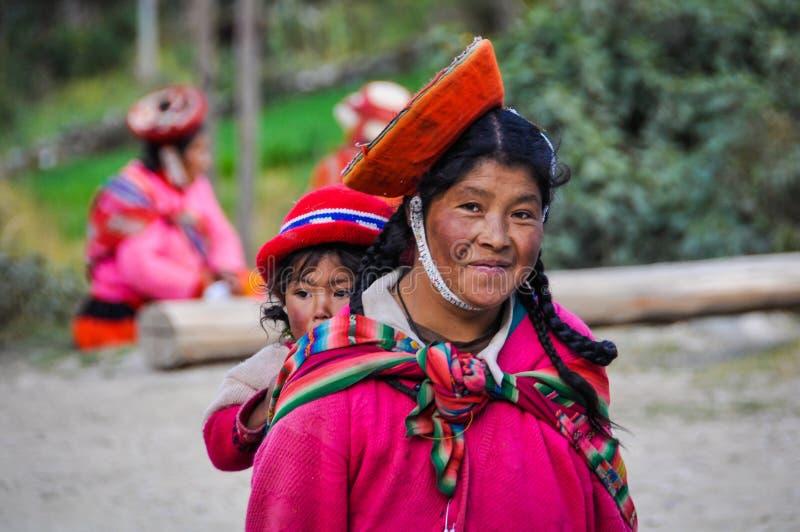 Quechua moeder met dochter in een dorp in de Andes, Ollantay royalty-vrije stock afbeeldingen