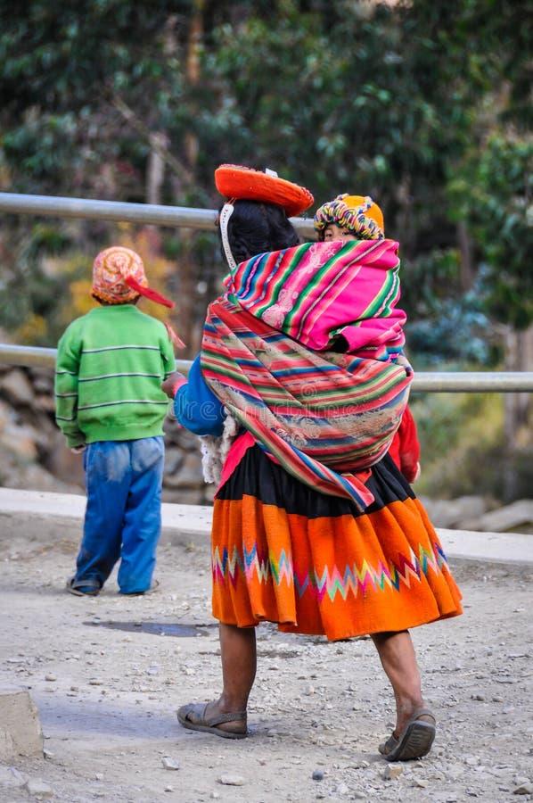 Quechua moeder met dochter in een dorp in de Andes, Ollantay stock fotografie