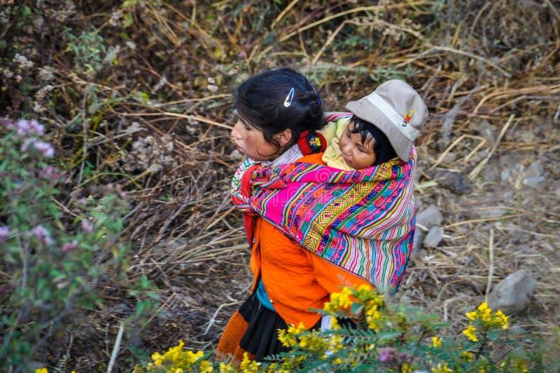 Quechua moeder met kind in een dorp in de Andes, Ollantaytam stock foto