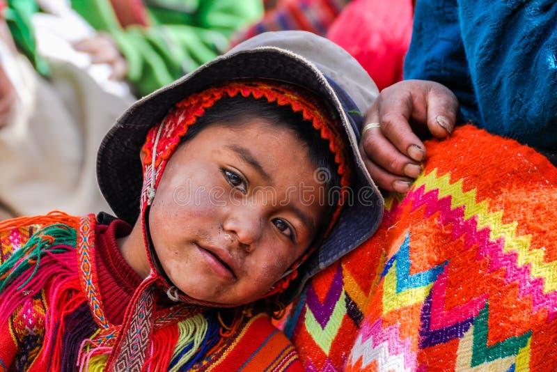 Quechua pojke i en by i Anderna, Ollantaytambo, Peru royaltyfri fotografi