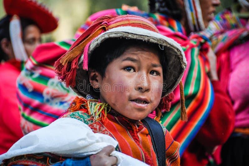 Quechua pojke i en by i Anderna, Ollantaytambo, Peru royaltyfria bilder