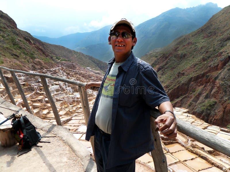 Quechua przewdonik na ślad Świętej soli Tarasuje Peru obraz stock