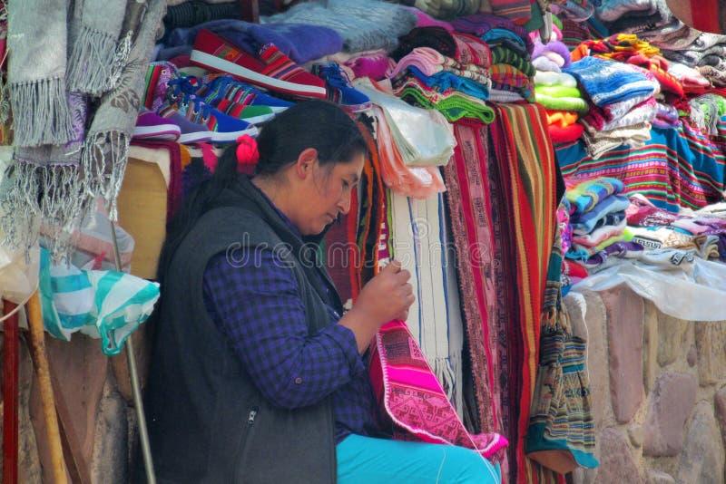 Quechua vrouw bij de markt royalty-vrije stock afbeeldingen