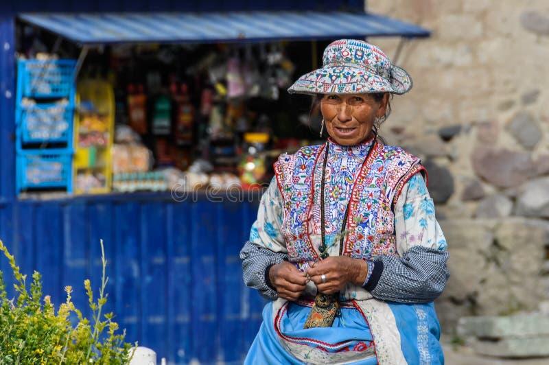 Quechua vrouw in de Colca-Canion, Peru stock afbeelding