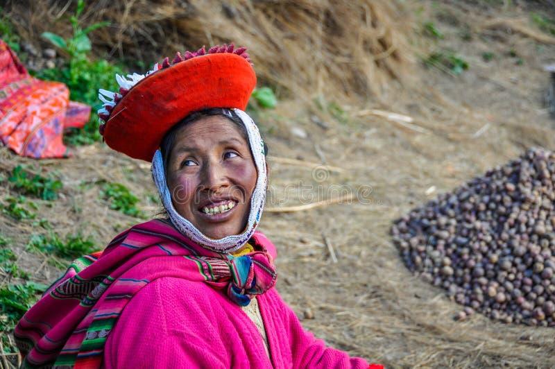Quechua vrouw die in een dorp in de Andes glimlachen, Ollantaytambo, stock afbeeldingen