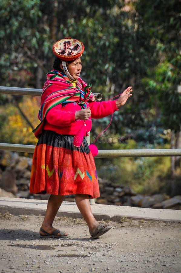 Quechua vrouw die in een dorp in de Andes lopen, Ollantaytambo, royalty-vrije stock afbeeldingen