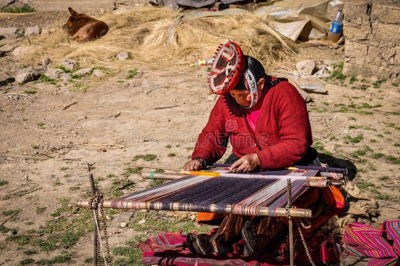 Quechua vrouw die in een dorp in de Andes werken, Ollantaytambo, royalty-vrije stock afbeelding