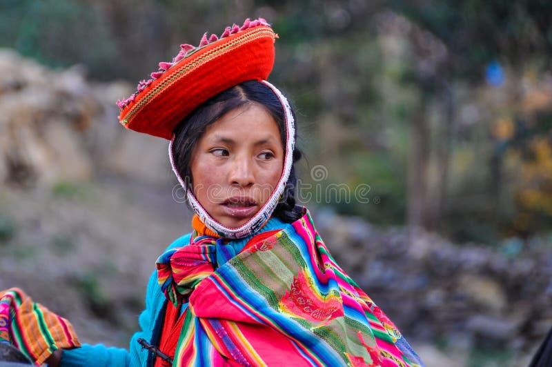 Quechua vrouw die terug in een dorp in de Andes kijken, Ollantayta stock afbeelding