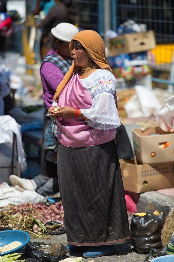 Quechua vrouw die zich in de markt in Otavalo Ecuador bevinden royalty-vrije stock foto's