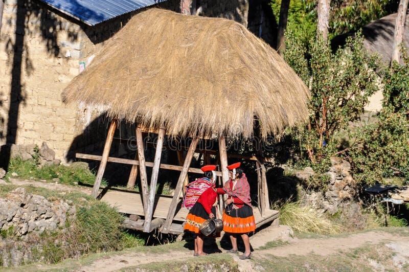 Quechua vrouw in een dorp in de Andes, Ollantaytambo, Peru stock foto