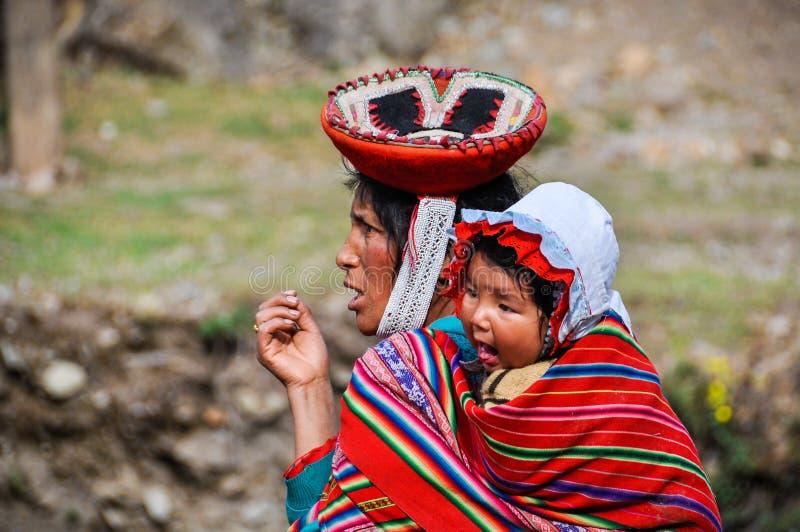 Quechua vrouw en baby in een dorp in de Andes, Ollantaytambo, stock foto