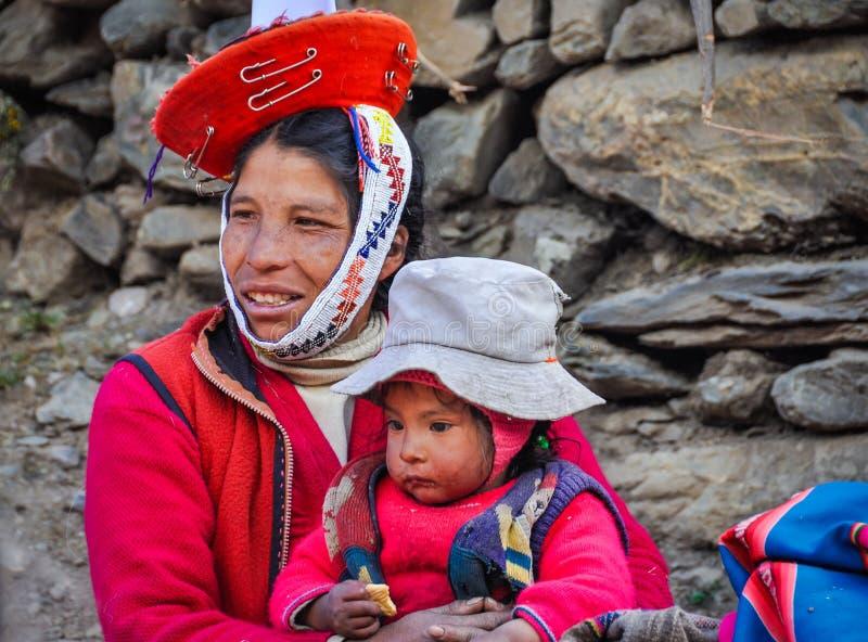 Quechua vrouw en baby in een dorp in de Andes, Ollantaytambo, stock foto's