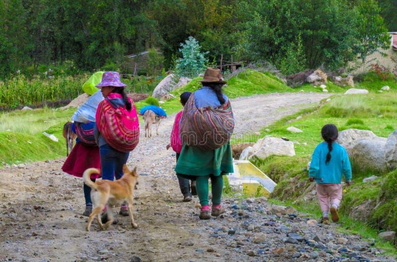 Quechua vrouw in traditionele doek royalty-vrije stock fotografie