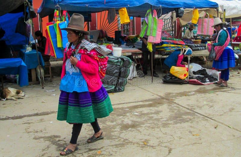 Quechua vrouw in traditionele doek royalty-vrije stock foto