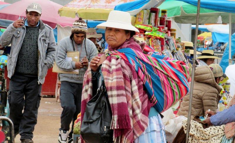 Quechua vrouw in traditionele doek bij de markt stock fotografie